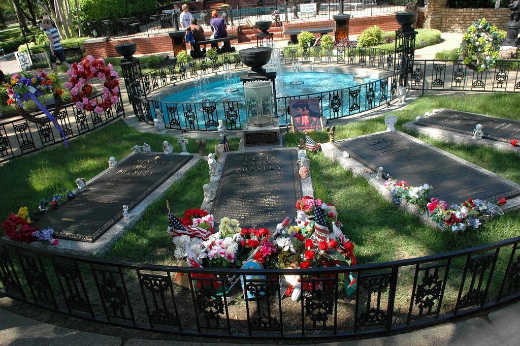 Elvis Memorial-Garden Graceland